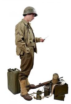 Soldado estadounidense lee una carta
