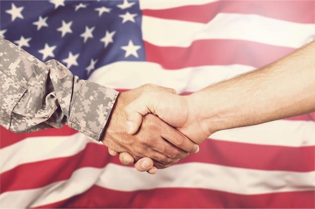 Soldado estadounidense en uniforme y hombre civil.