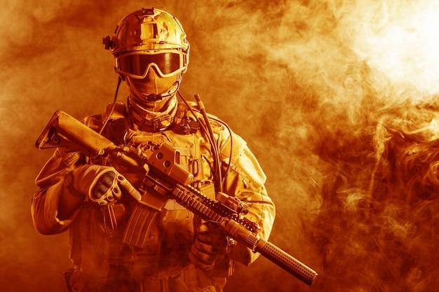 Soldado de las fuerzas especiales en el fuego