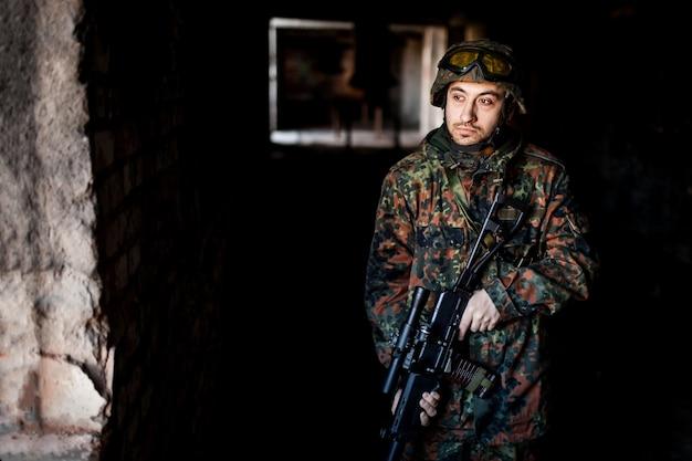 Soldado en la guerra con armas.