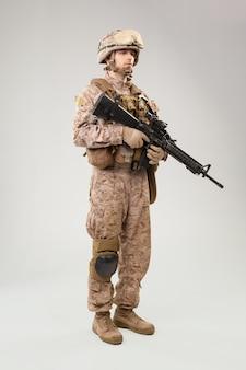 Soldado de infantería moderno, fusilero marino estadounidense con uniforme de combate, casco y armadura