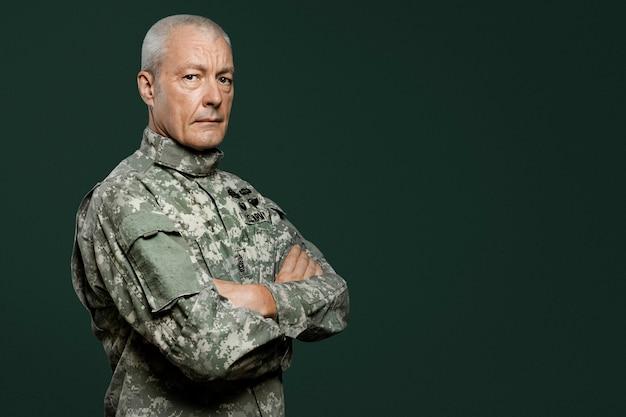 Soldado masculino en un retrato uniforme