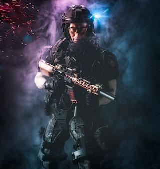 Soldado militar de las fuerzas especiales uniformado sosteniendo su rifle