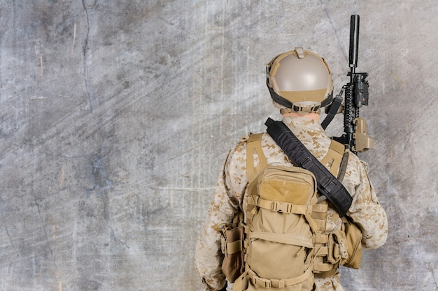 Soldado moderno con fusil.