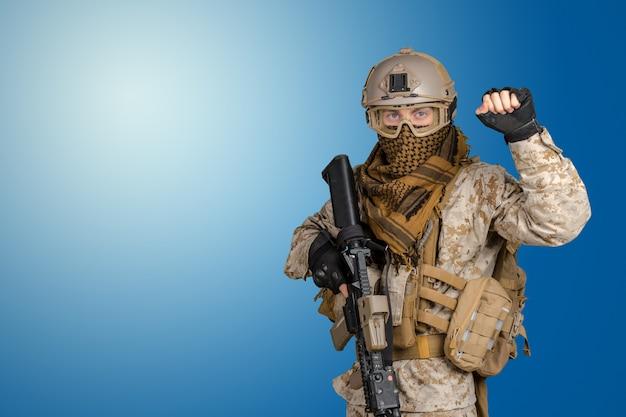 Soldado moderno con rifle