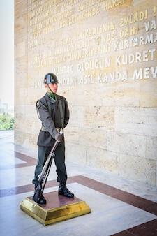 Soldado turco en la entrada del mausoleo de ataturk.