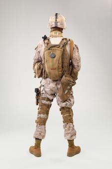 Soldado en uniforme de infantería de marina estadounidense con rifle