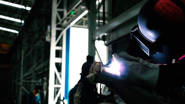 Soldador pieza de soldadura industrial en petróleo y gas o petroquímica, embarcación y tubería