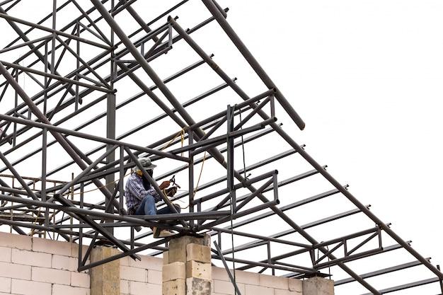 Soldador en sitio de construcción