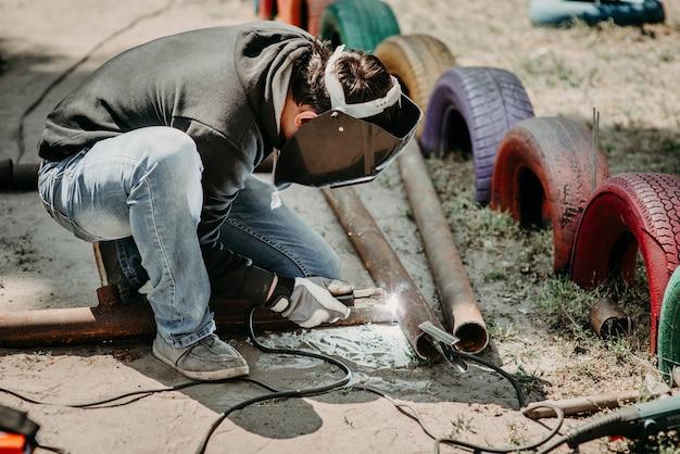 Un soldador suelda una estructura metálica.