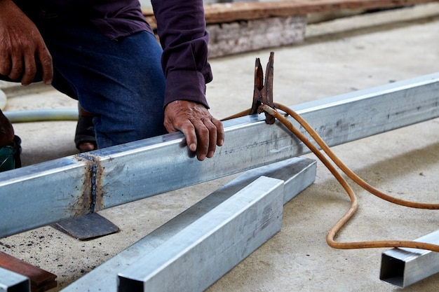 Los soldadores están soldando acero en la fábrica.