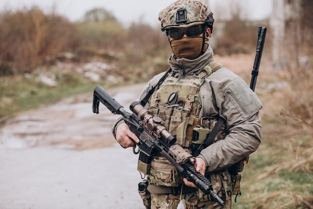 Soldados del ejército luchando con armas y defendiendo su país.