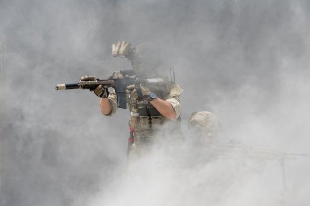 Soldados con humo en un fondo de pantalla