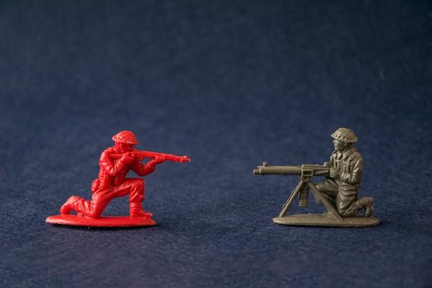Soldados de juguete en miniatura luchando.