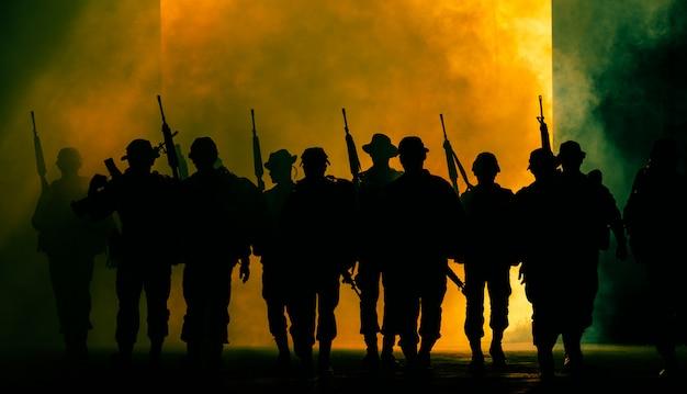 Soldados tailandeses, equipo de fuerzas especiales, acción de andar uniforme a través del humo y sosteniendo la pistola en la mano