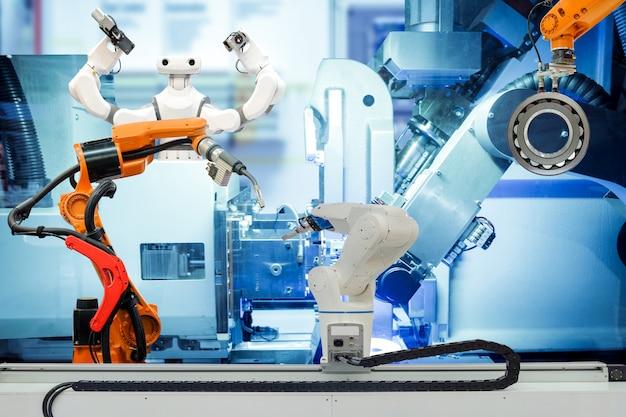 Soldadura robótica industrial, robo de agarre y robot inteligente trabajando en una fábrica inteligente