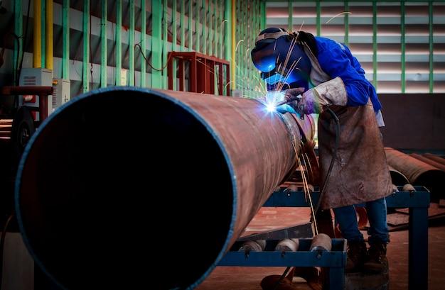 Soldadura de tuberías en la construcción de tuberías.