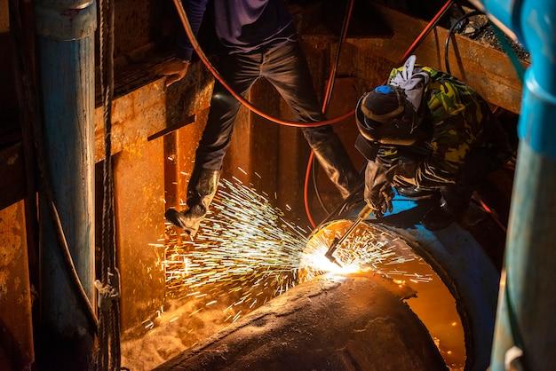Soldadura de tuberías en el sitio de construcción de tuberías