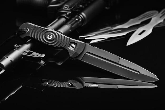 Soldaduras combate cuchillo y arma