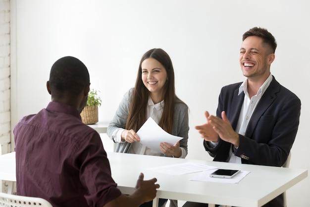 Solicitante africano hacer la risa de la entrevista de trabajo, buena impresión