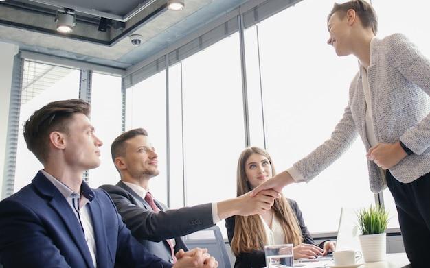 Solicitante de empleo con entrevista. apretón de manos durante la entrevista de trabajo