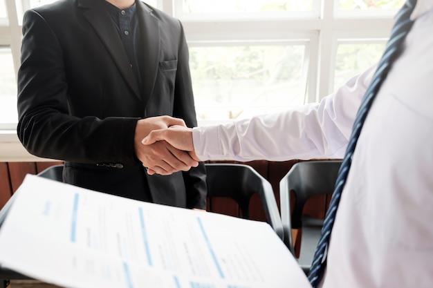 Solicitante de empleo con entrevista. entrevista de trabajo de éxito de apretón de manos