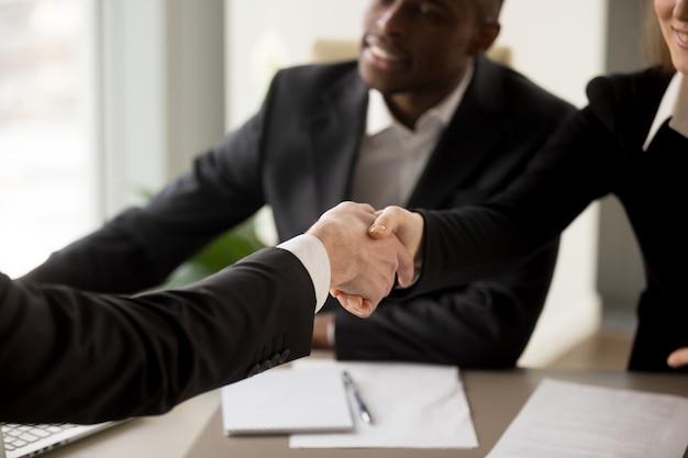 Solicitante de empleo presentándose en entrevista
