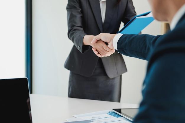 Solicitante de empleo que tiene una entrevista. apretón de manos durante la entrevista de trabajo