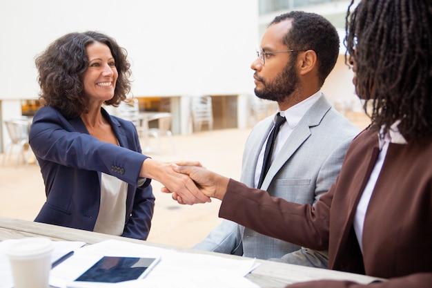 Solicitante saluda al gerente de recursos humanos en la entrevista de trabajo