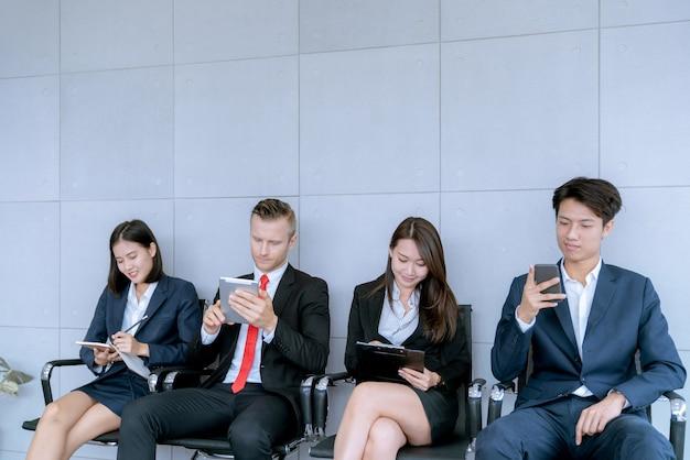El solicitante está sentado para preparar una entrevista para un trabajo en una empresa pública en el cargo