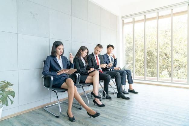 El solicitante está sentado para prepararse para una entrevista para un trabajo en la oficina