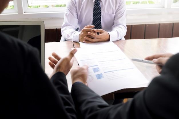 Solicitantes de empleo que tienen una entrevista en la oficina.
