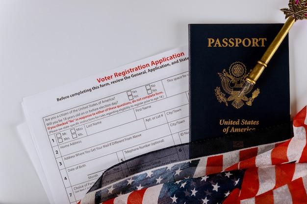Solicitud de registro de votantes para la elección presidencial de los estados unidos pasaportes de los estados unidos de la bandera estadounidense