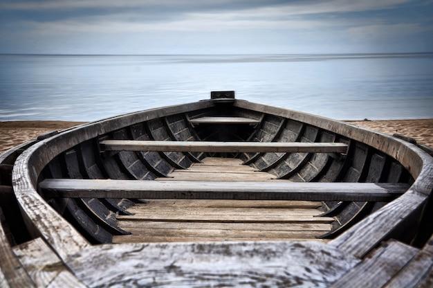 Solo barco en la playa del mar báltico, letonia