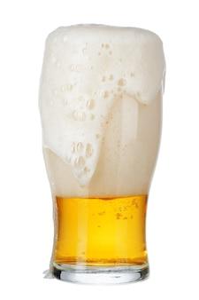 Solo vaso de cerveza cerca aislado sobre fondo blanco.