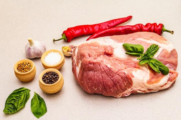 Solomillo de carne de cerdo cruda con verduras frescas y especias secas