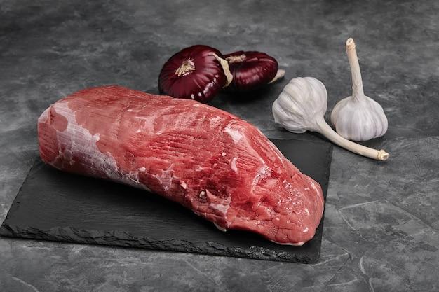 Solomillo fresco con romero, carne cruda, vista superior