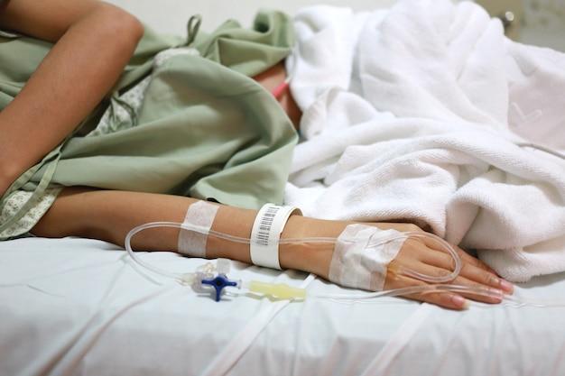Solución salina en pacientes mujer mano.