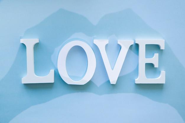 Sombra del gesto de corazón en la escritura de amor