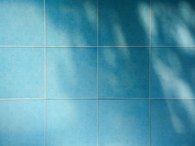 Sombra de ramas y hojas en azul decorativo azulejo de cerámica de pared