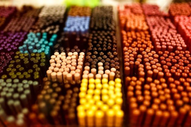 Sombras de ojos y cejas puestas sobre tabla paleta de colores.