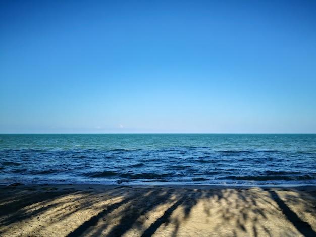 Las sombras de la playa sol de mañana.