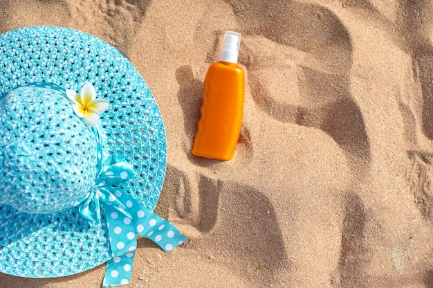Sombrero en la arena, concepto de vacaciones de verano.