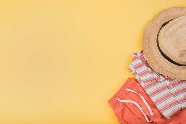 Sombrero cerca de ropa de verano