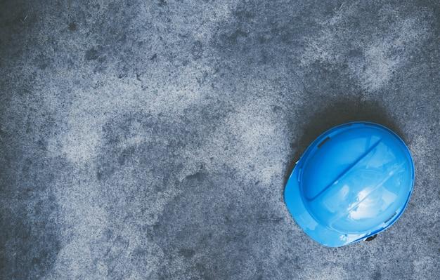 Sombrero duro en el concreto