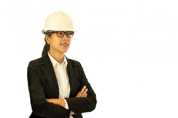 Sombrero duro que lleva del ingeniero asiático de sexo femenino aislado en el fondo blanco.