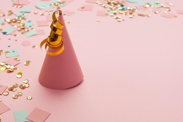 Sombrero de fiesta rosa alta vista hecho de papel