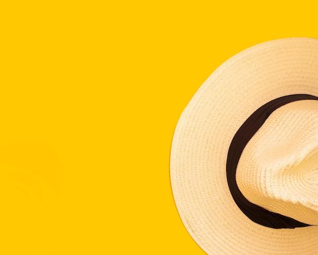 Sombrero, fondo amarillo, concepto de viaje