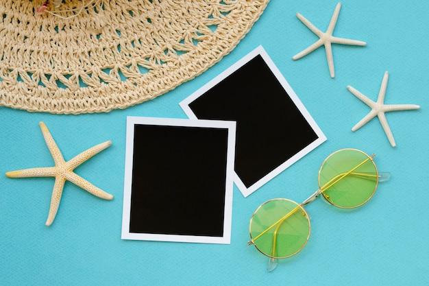 Sombrero con fotos y lentes de sol.