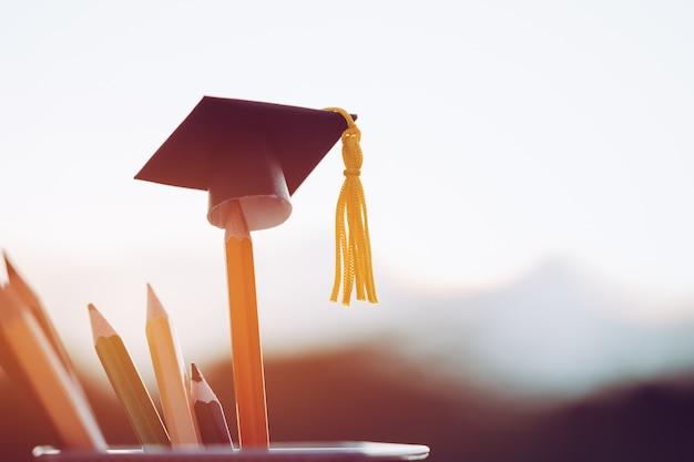 Sombrero de graduación negro en lápices, desenfoque de vista al aire libre